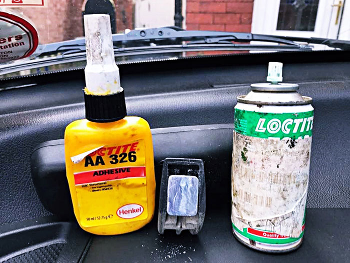 Glue for a windscreen picture